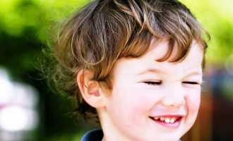 Нужно ли обращаться к врачу, если ребенок часто моргает глазами