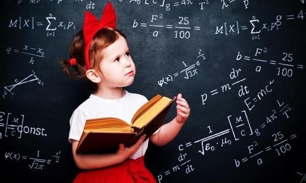 Девочка с учебником